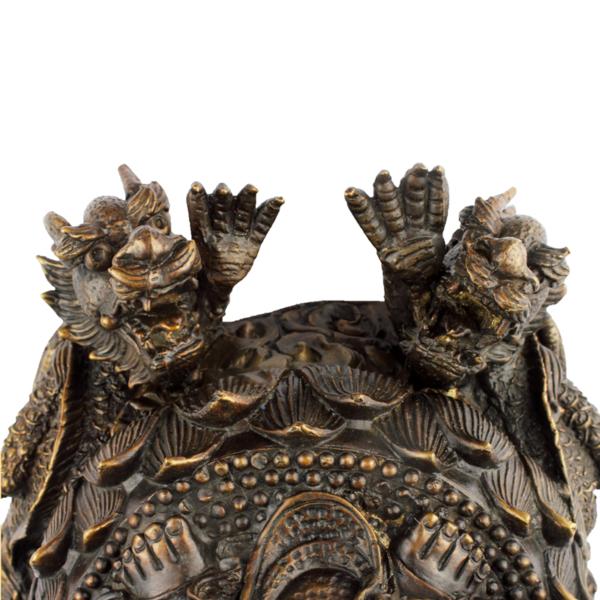Detail van twee drakenkoppen