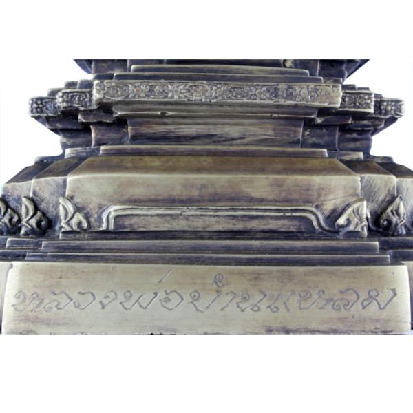 Inscriptie op voet van staande Boeddha
