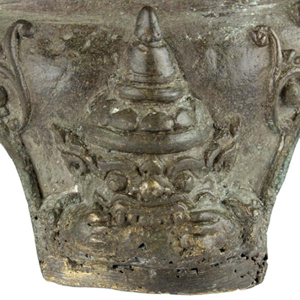 Detail uit achterpoot van Boeddha troon