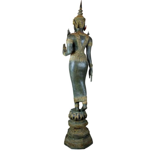Achterkant van Boeddha in loopmeditatie